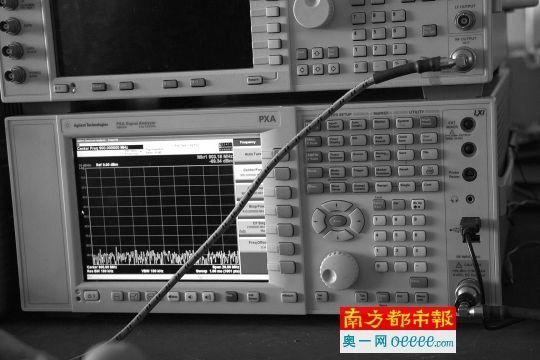 ←步骤3:细线的另一终端连接上频谱仪。