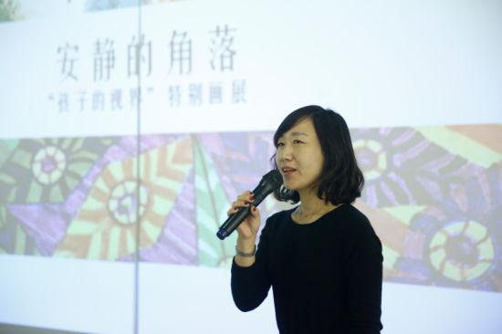 """策展团队""""十二��""""成员王薇介绍作品"""
