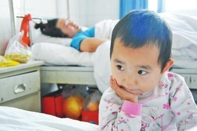 三岁丫丫的脸上有和她年龄不相称的忧郁神情