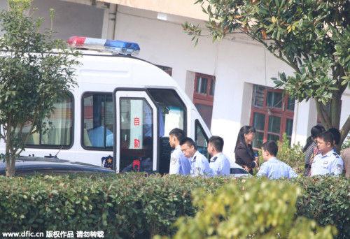 10月18日,湖南省邵东县一名女教师在值班时遇害。10月19日,经公安机关的全力侦破,嫌疑人被抓获归案,三名嫌疑人全部未成年。10月20日,邵东县公安局民警带着一名未成年的犯罪嫌疑人,来到该县廉桥镇新廉小学指认行凶现场。供图:东方IC