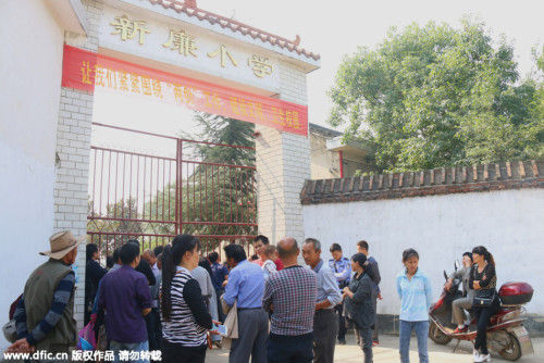 10月19日,经公安机关的全力侦破,三名嫌疑人被抓获归案。据悉,三名未成年嫌疑人都是在校学生。图为学校大门紧闭,外面议论纷纷。