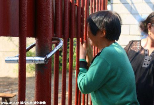 一老人在校门前张望。