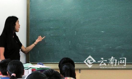 岳昕在以礼河联合学校给孩子们上课