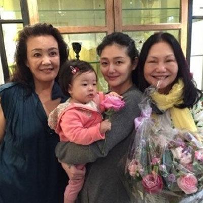 大S抱女儿与婆婆张兰(左一)徐妈妈(右一)合影