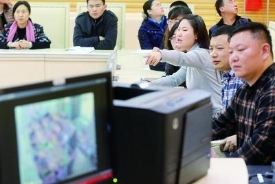孩子的母亲在庭审现场指证老师打孩子的细节 摄/记者 付丁