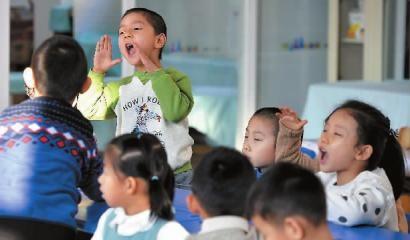 小朋友高声回答 新文化记者 郭亮 摄