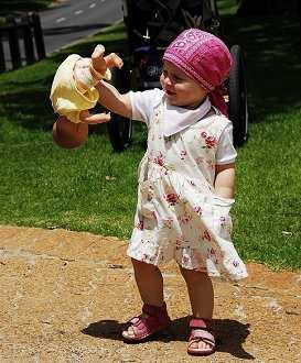 对着玩具说话的孩子,常会发展成不愿或不会和他人