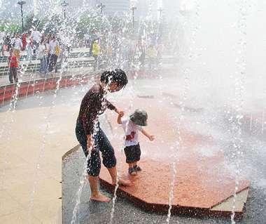 广场喷泉不卫生孩子要当心