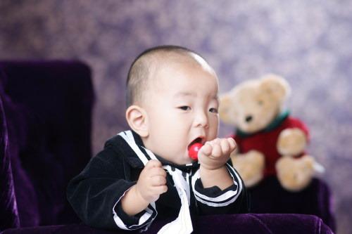 宝宝吃樱桃(图); 宝宝吃樱桃(;; 口碑好的深圳儿童摄影 儿童影楼
