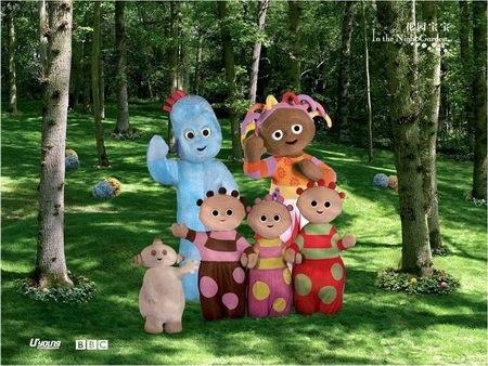 三个人也好像变身成为了花园宝宝中的卡通人物一样,真是可爱至极啊!