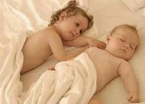 别让宝宝含乳头睡觉(图)