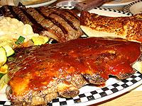 """在著名的""""黑熊餐馆""""大啃猪排骨"""