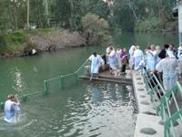实拍:以色列约旦河洗礼