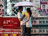 暴雨中北京行人众生相
