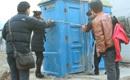 公厕被改成末日救生艇