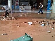 暴雨过后满地垃圾