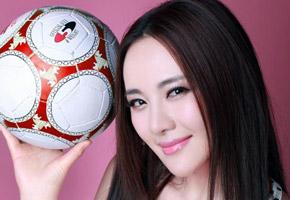 孟茜:与足球一起玩性感