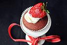 红丝绒奶油草莓蛋糕杯