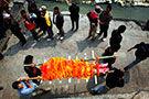 实拍尼泊尔神庙烧尸现场