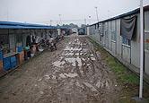 板房区泥泞的道路