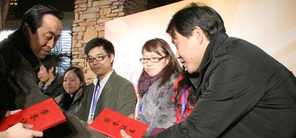 著名文学评论家白烨给获奖的原创作者颁奖