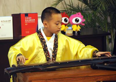 10岁的俞明辰小朋友现场演奏古琴