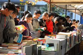 北京联合大学学生在看书