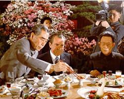 尼克松为了不出丑努力练习用筷子