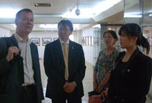 蒙古世界语协会主席恩和与世界语者在摄影展上交流