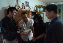 蒙古世界语者展示自己保存的资料