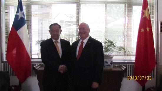 李若弘主席与Schmidt大使亲切握手