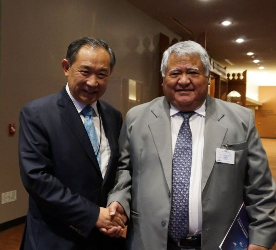 李若弘主席向萨摩亚总理Tuilaepa Lupesoliai阁下介绍中国NGO