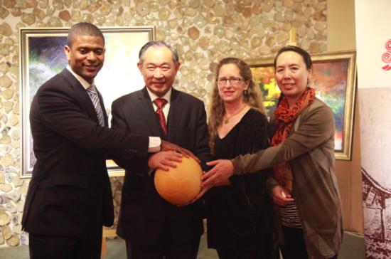 """李若弘主席、宋庆龄基金会代表与美国杰克•布鲁尔基金会、""""一个世界足球项目""""创始人丽莎•塔瓦女士在美国足球捐赠活动仪式上"""