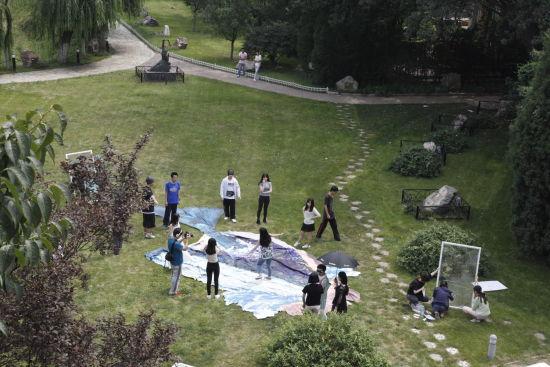 和苑博物馆中的公益志愿者们在鲸鱼3D画上跳舞