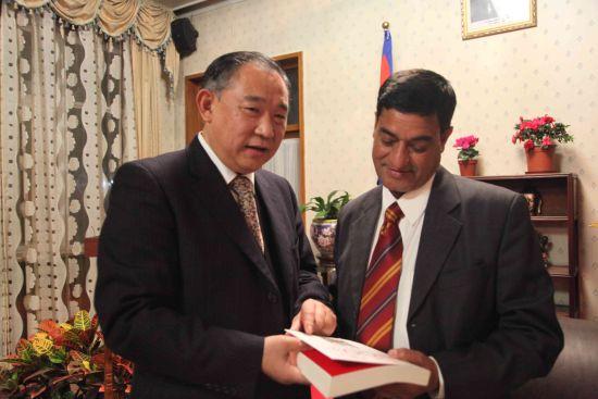 与议员代表团团长乐卡克先生交流后,李若弘向他赠送了自己的著作《中国NGO》