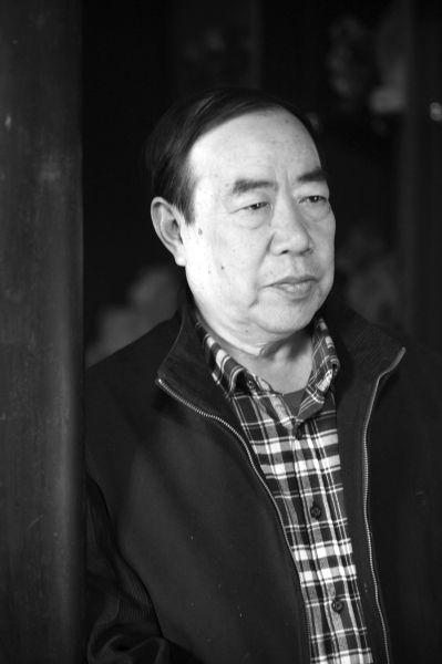 贾平凹,1952年出生于陕西南部的丹凤县棣花村,父亲是乡村教师,母亲是农民。主要作品:《浮躁》《废都》《白夜》《土门》《高老庄》《怀念狼》《秦腔》《高兴》《古炉》《带灯》等。其中,《秦腔》获得第七届茅盾文学奖。他的小说以英、法、德、俄、日、韩、越等文字翻译出版了二十余种版本。