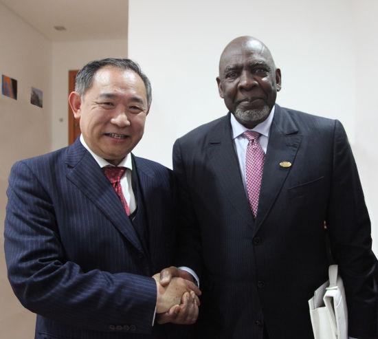 李若弘博士与马里前总理Cheikh M. Diarra亲切握手