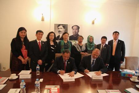 李若弘博士与巴基斯坦议会国防委员会主席穆沙希德·侯赛因在巴中学会总部签订合作协议