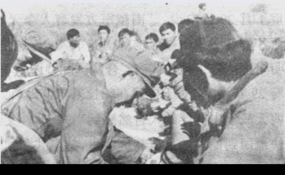 我军为越南海军俘虏包扎伤口