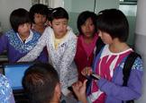 孩子们向老师请教问题