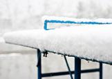 乒乓球台被雪覆盖