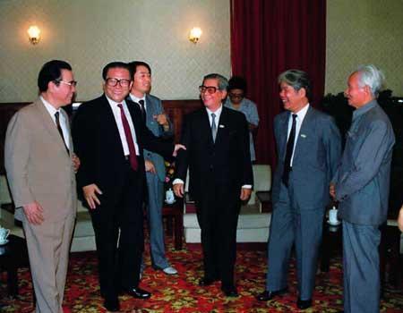 1990年9月3日,江泽民、李鹏在成都与越共中央总书记阮文灵(右三)、越南部长会议主席杜梅(右二)、越共中央顾问范文同(右一)在一起交谈