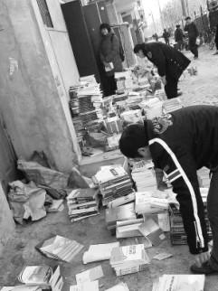 執法人員在清點被查繳的盜版教材