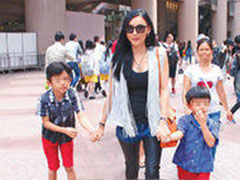 张柏芝带两儿子返港 为小Q庆祝5岁生日