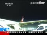 监控:男博士坐飞机抢座看风景 不理会警察劝离