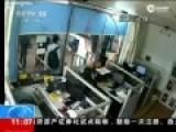 庆安枪击案现场监控 徐纯合举6岁女儿砸警察