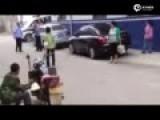"""现场:河南警察枪指女子 称""""打死你也是白打"""""""
