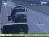 监控:女子未关紧车门 坠落车外当场被碾断双腿