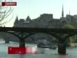 巴黎移除45吨重同心锁 民众拆锁掷河留念