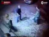 监拍两名俄青年打劫拳击手老人被打翻在地